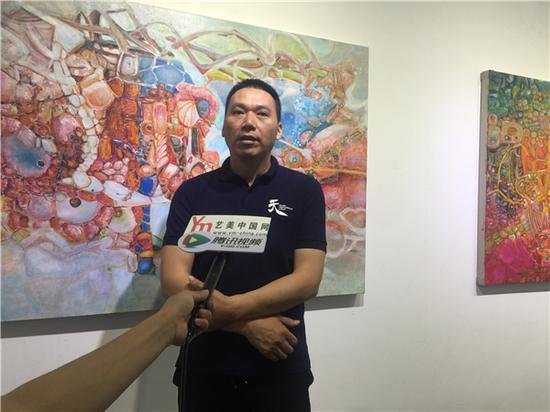艺术家 刘国义现场接受媒体采访