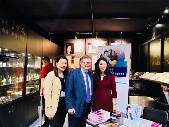 著名英国古董商Marchant先生(中)与作者冯玮瑜合影