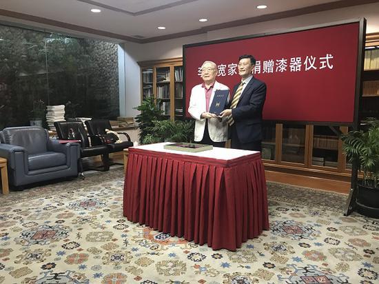 上海博物馆馆长杨志刚向捐赠者李汝宽之子李经泽颁发捐赠证书