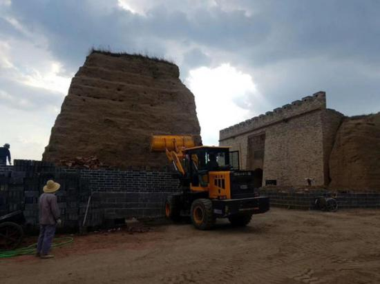 挖掘机正在破坏的得胜堡夯土墙体原土,图片来自网友张先生。