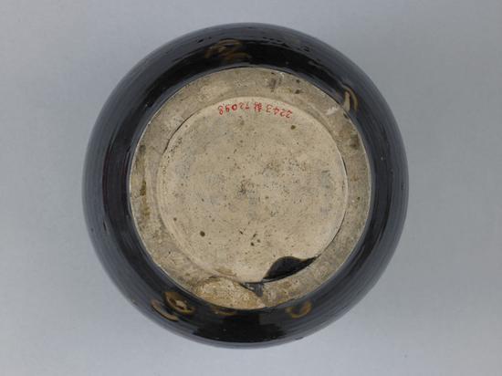 黑釉褐彩花卉纹小口瓶瓶底