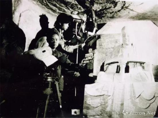 1979年,《大足石刻》纪录片拍摄现场