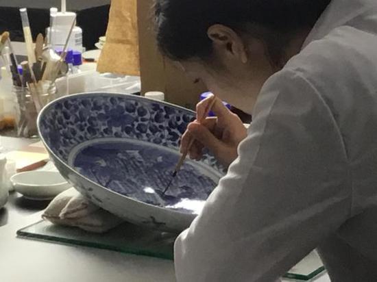 修复工作照(台北故宫博物院供图,下同)