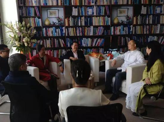 张天志与著名学者《辞海》美术卷主编徐建融接受媒体采访