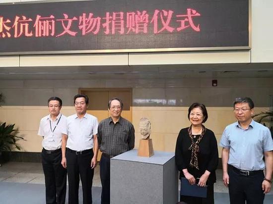王纯杰夫妇在捐赠现场。