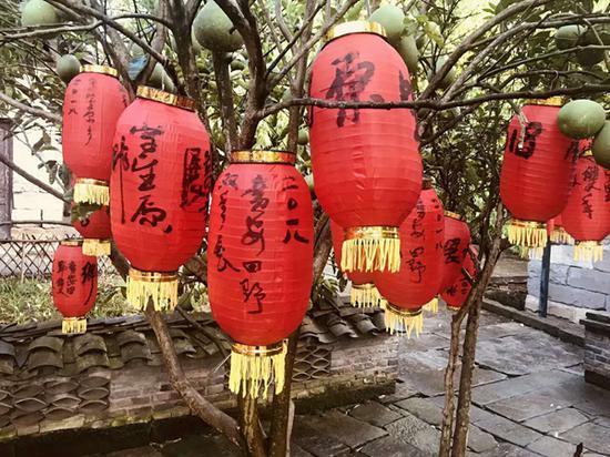 当地村民毛笔写 的广安田野双年展