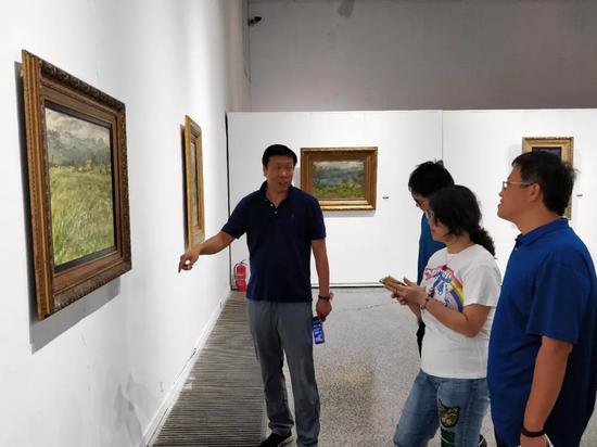 艺术家郭明馥先生现场与观众交流作品