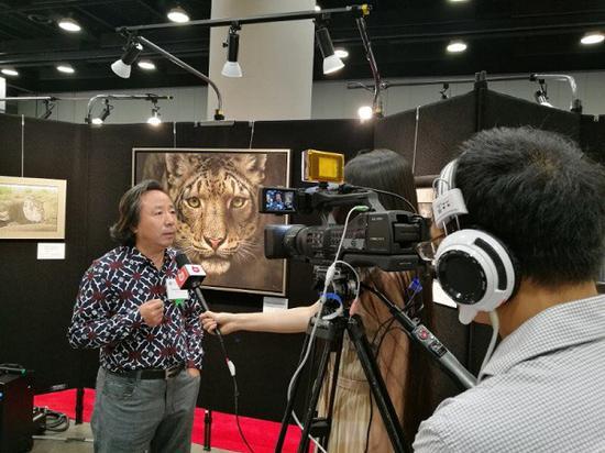 著名油画家张东光接受当地媒体采访