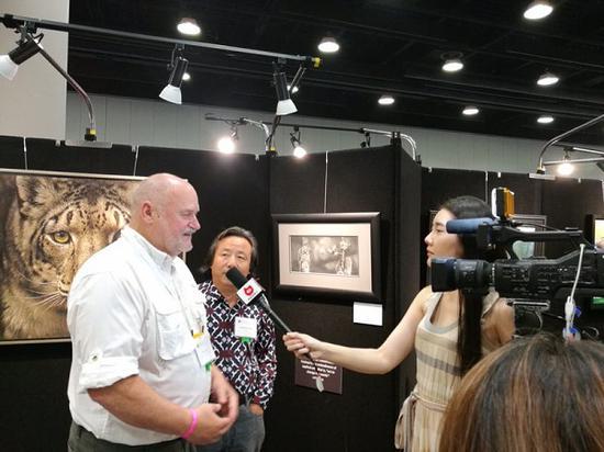 艺术家动物生态保护社会理事 Brent Cooke 接受媒体采访