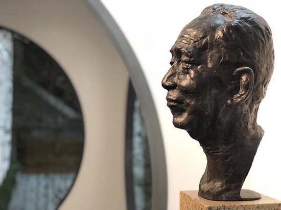 1988年雕塑家章永浩创作的《陈从周》雕塑