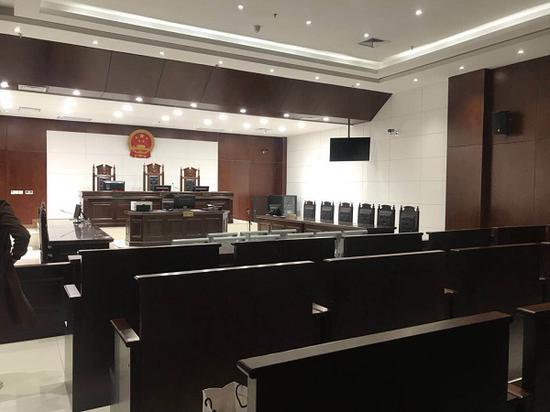 法庭现场,当天未开庭,旁听人员后退席