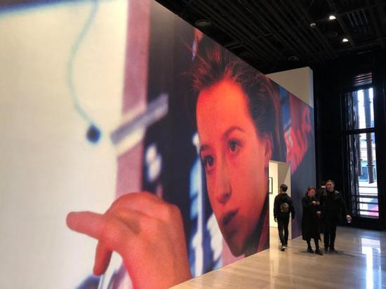 辛迪·舍曼为复星艺术中心定制的作品墙纸之一,图:澎湃新闻记者。