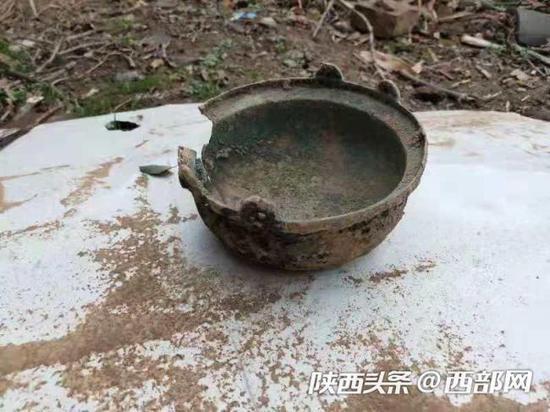 凤翔村民拓宽公路时发现古代文物,经鉴定为唐代铜釜。