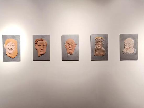 罗小平 《人民广场》 材质陶釉下彩 60×40×10cm14件 2017