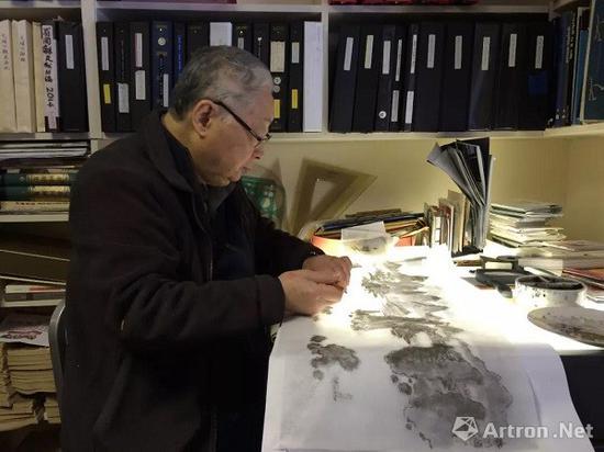 翁万戈先生临摹《长江万里图卷》,图片拍摄于2018年