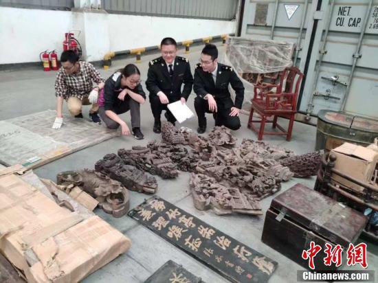 图为深圳海关关员在清点移交文物。 (中新社记者 钟宇威 (通讯员) 摄)