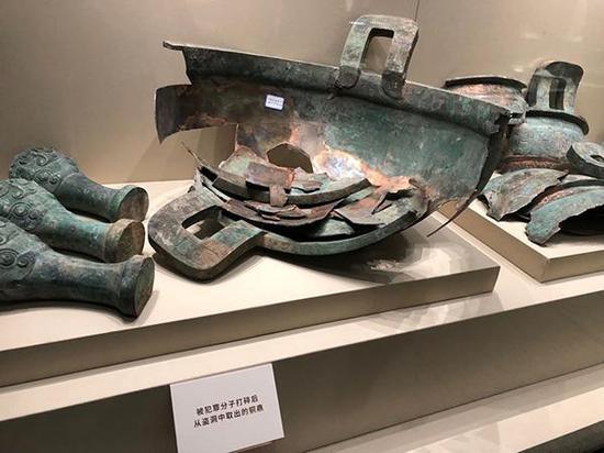 山西省博物院展品,被犯罪分子打碎后从盗洞中取出的铜鼎。