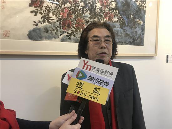 万恒艺术馆学术顾问、艺术家曹瑞华老师现场接受媒体采访
