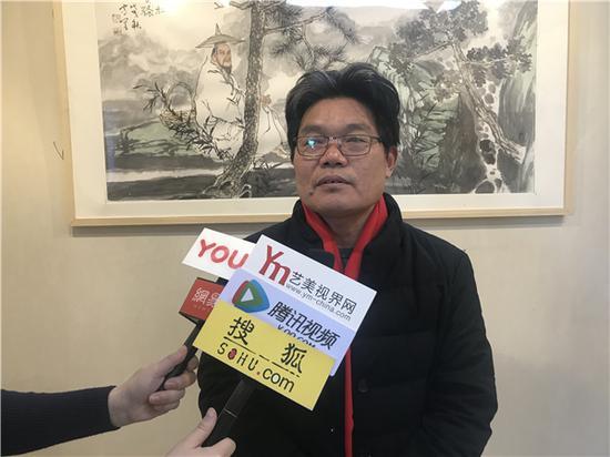 艺术家卢建民老师现场接受媒体采访