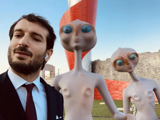 意大利文化艺术中心代表卢卡先生与外星人合影留念