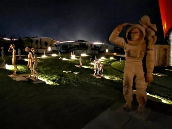 展览前的夜晚,布展完成,灯光点缀,仿佛外星人降临
