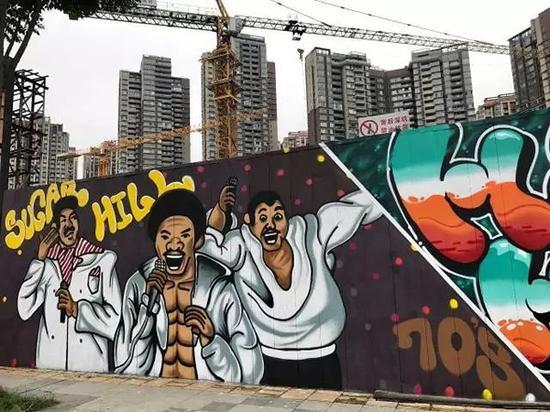 """▲ 成都东大路上的 """" 中国有嘻哈 """" 主题涂鸦"""