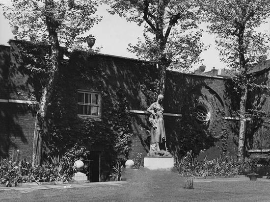 考陶尔德于1926年收购的宏伟的格鲁吉亚之家的庭院