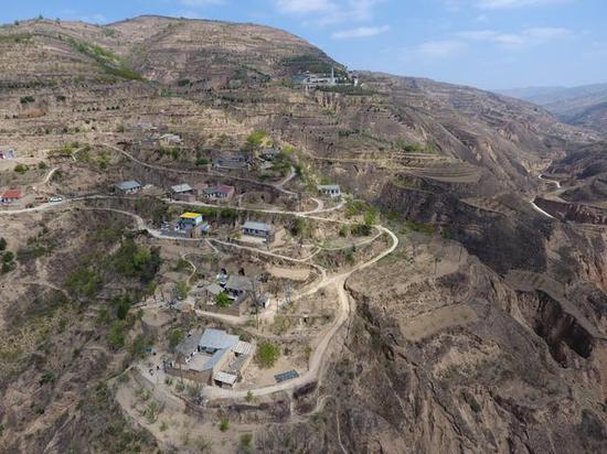 石节子村依山而建。新京报记者 王巍 摄
