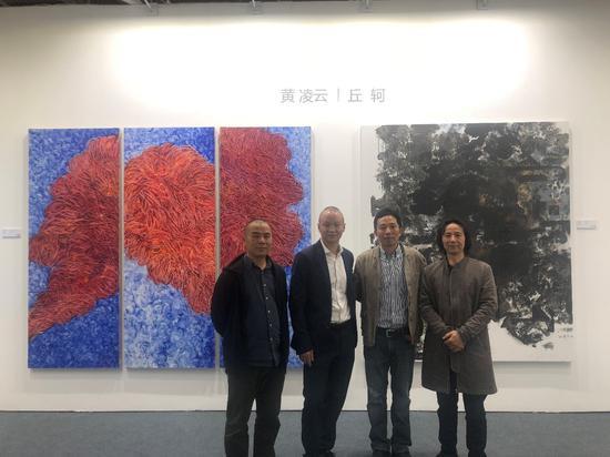 艺术家黄凌云、丘轲与嘉宾合照