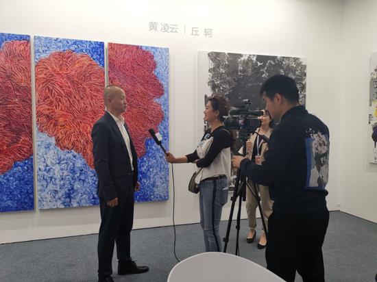 参艺术家黄凌云接受媒体采访