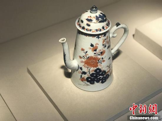清代青花矾红描金瓷咖啡壶。(岳依桐 摄)