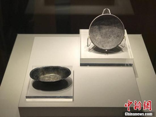 唐代双鱼纹海棠花形鎏金银盏(左)、唐代绶带纹银碗(右)。