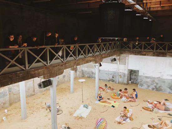 观看立陶宛国家馆现场表演的观众