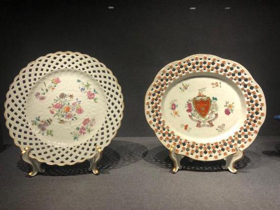 广彩折枝花卉纹镂雕瓷水果盘,清乾隆(1736-1795) 广州博物馆藏