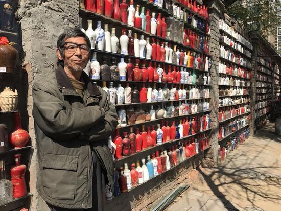 七旬老人不爱喝酒竟然收藏五千个酒瓶