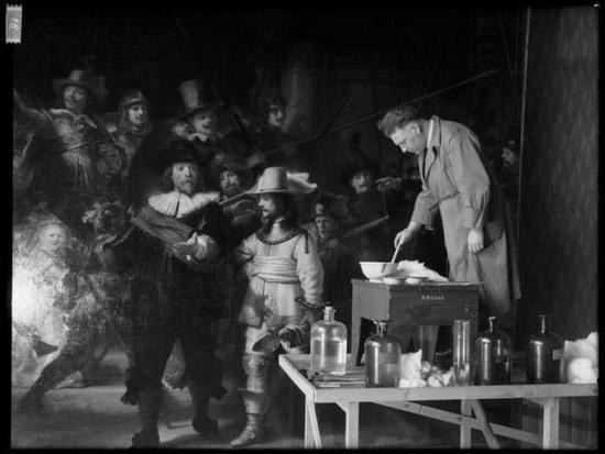 《夜巡》修复过程歷史照片,1975-76。图/荷兰国立博物馆提供