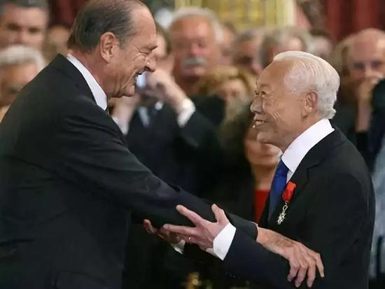 ▲2006年,时任法国总统希拉克授予赵无极二级荣誉勋位