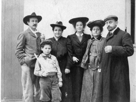 斯泰因家族合照,格特鲁德·斯泰因(右二)、莱奥·斯泰因(右一)