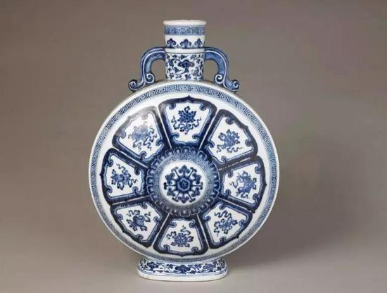 青花八宝纹双耳宝月瓶 清乾隆 故宫博物院