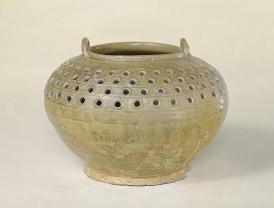 西晋青釉镂空双系罐,现藏北京故宫博物院