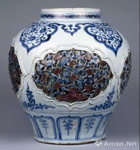 景德镇窑青花釉里红镂雕盖罐 元 镂雕 现藏故宫博物院