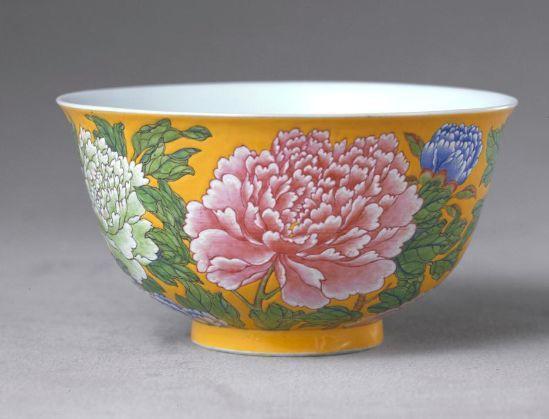 黄地珐琅彩牡丹纹碗 清康熙