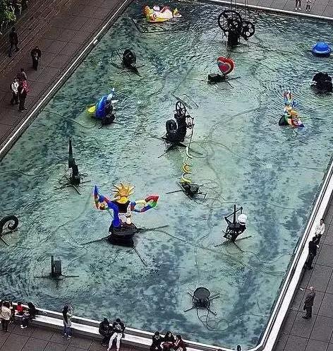 蓬皮杜中心旁的公共噴泉