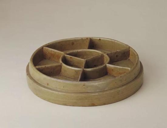 东晋青釉圆形槅,现藏北京故宫博物院