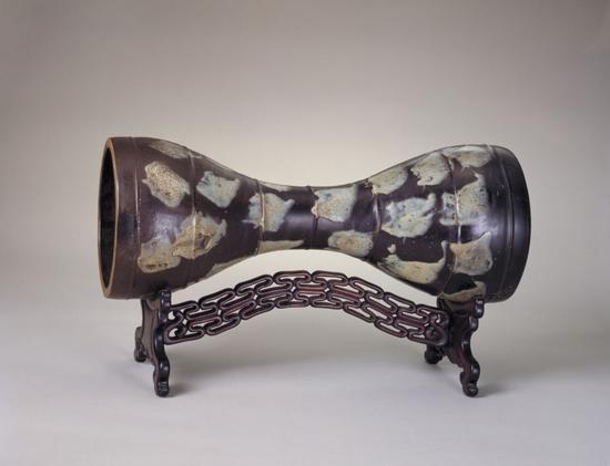 鲁山窑花瓷腰鼓,长58.9cm,鼓面直径22.2cm。