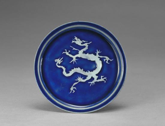蓝釉白龙纹盘
