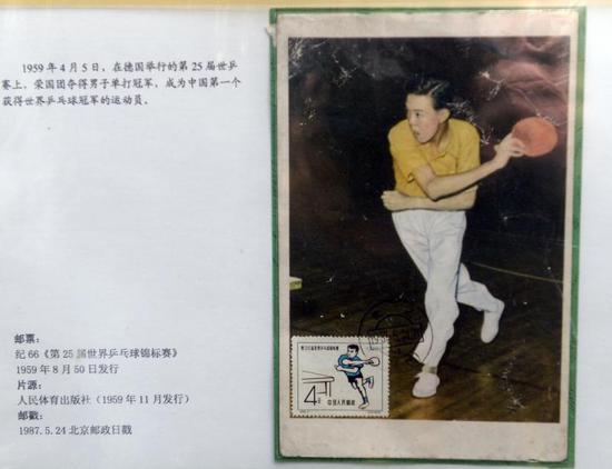 图说:市民用手机拍摄珍贵的邮票展品。