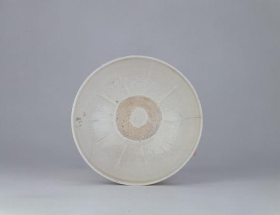 霍县窑白釉凸花带字小碗碗底