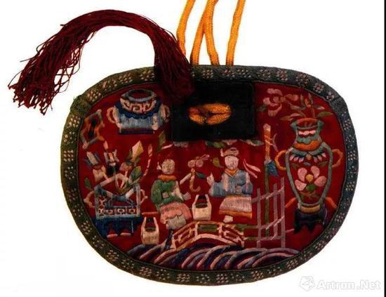 清代绣荷包,最左边为平升三级图案