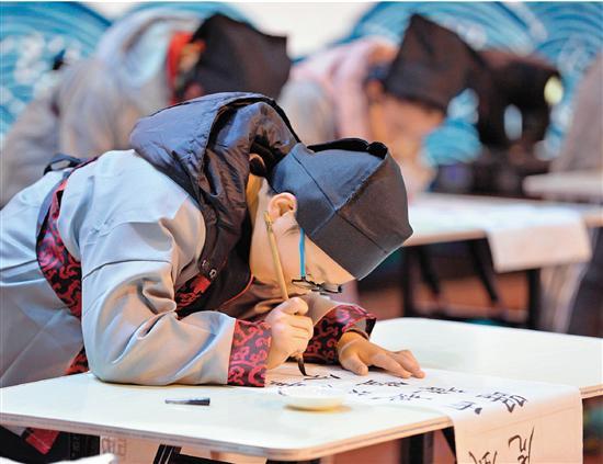 资料图:2017年12月,安徽宣城举行首届中小学生电视书法大赛 大小书法家同台挥毫。来源:视觉中国
